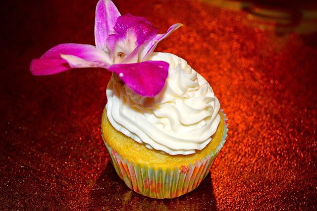 vanilla-cupcake-raspberry-filling