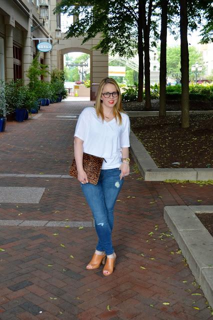 white-t-shirt-jeans