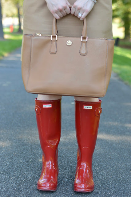 red-hunter-boots-with-skirt-outfit